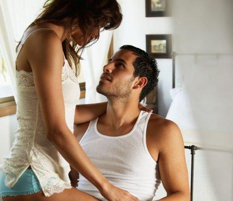 una pareja haciendo el amor
