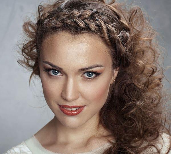 Peinados-de-pelo-largo-para-bodas-Pinup-asimétrica-1_opt