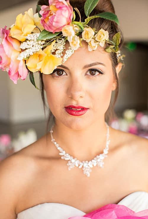 Bella corona colorida con rosas y flores