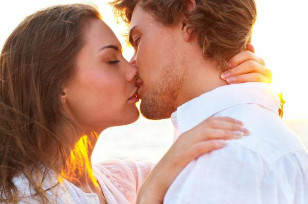 10 Técnicas infalibles de cómo besar con lengua por primera vez